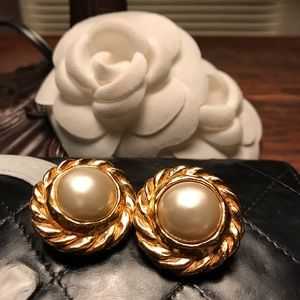 CHANEL Jewelry - Auth CHANEL Vintage Faux Pearl Clip-On Earrings